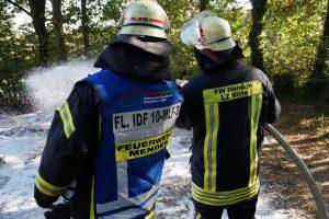 Der Schaum trennt das Brandgut von der Umgebungsluft und entzieht somit den Sauerstoff für den Verbrennungsvorgang.