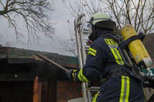 Brennende Gartenhütte in Halingen