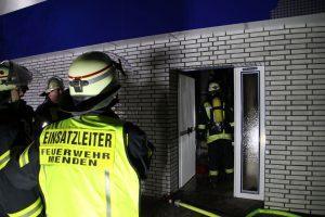 Unter Atemschutz betreten die Einsatzkräfte die Wohnung