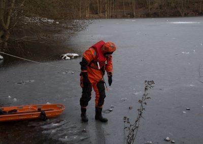 Mit unserem Überlebensanzug ausgerüstet kann sich der Kamerad auf die Eisfläche wagen
