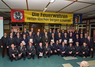 Auf dem Bild sind alle Kameraden zu sehen, die für Dienstjubiläen (bis zu 60 Jahre Feuerwehr!) geehrt wurden.