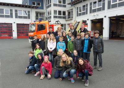 Die Kinder der St. Michael Grundschule vor der Feuer- und Rettungswache
