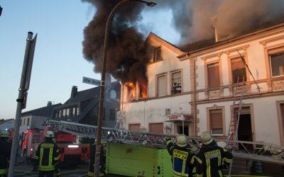 Feuerwehr Menden rettet 12 Personen bei Wohnungsbrand