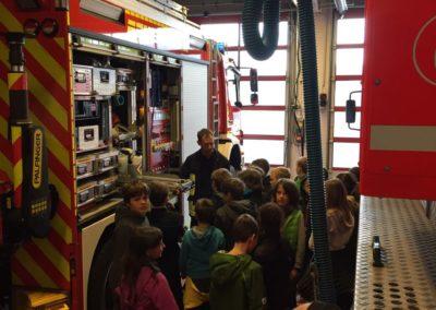Staunend standen die Kinder vor den Großfahrzeugen der Feuerwehr