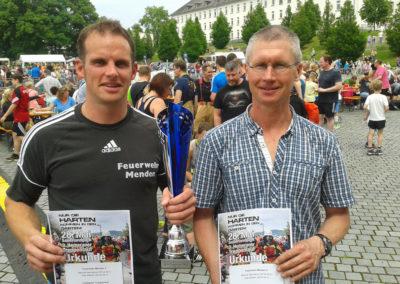 Manuel Hermanns (li.) und Axel Stüken holen für die Feuerwehr Menden den Gesamtsieg