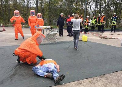 Dick vermummt mussten die Hilfskräfte die Verletzten versorgen. Foto: Michael Kling/Märkischer Kreis