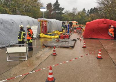 Die Dekontaminations-Zelte mussten vor Ort aufgebaut werden. Foto: Michael Kling/Märkischer Kreis