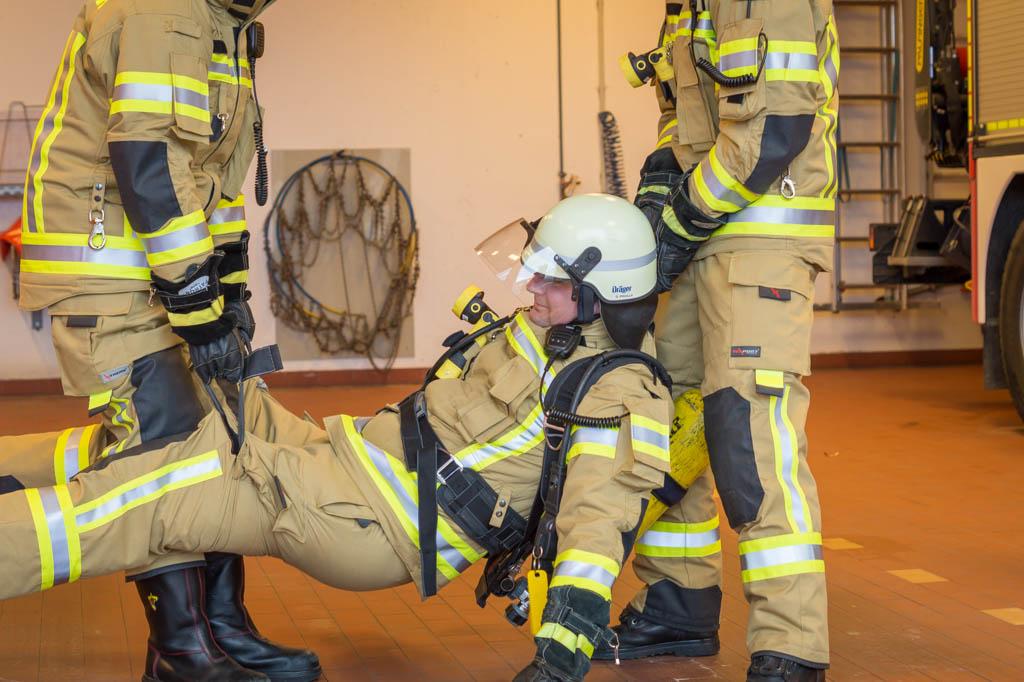 Zwei Einsätzkräfte können einen verunfallten Atmschutzgeräteträger mittels der integrierten Schlaufen tragen.