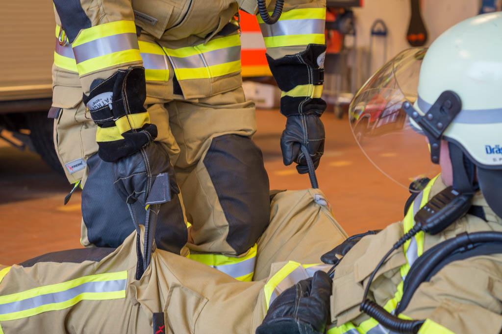 Mittels der Beinschlaufen kann der verunfallte Feuerwehrmann gut getragen werden