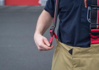 Um die Hosenträger leichter über die Schultern zu bekommen, sind diese zunächst länger eingestellt. Nach dem Anziehen kann die Länge dann über diese Schlaufen angepasst werden.