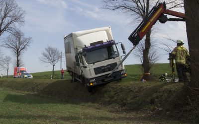 LKW rutscht in Graben