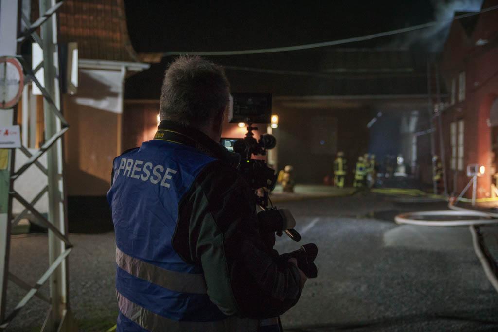Die Pressestelle der Feuerwehr Menden betreut Pressevertreter an den Einsatzstellen